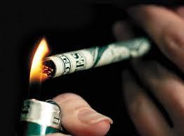 """موظف بجهة رقابية يتقاضى راتباً لتدخين """"بكيت دخان"""" يومياً في مكتبه"""