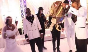 بالفيديو  ..  فنان شهير يرمي (100) ألف دولار أمام والدته في يوم زفافها