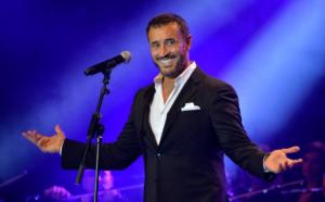 بالفيديو .. كاظم الساهر يحتضن إحدى معجباته على المسرح دفاعاً عنها