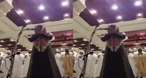 بالفيديو ..  مسحور يجهش بالبكاء و يصرخ أثناء الدعاء بصلاة التراويح