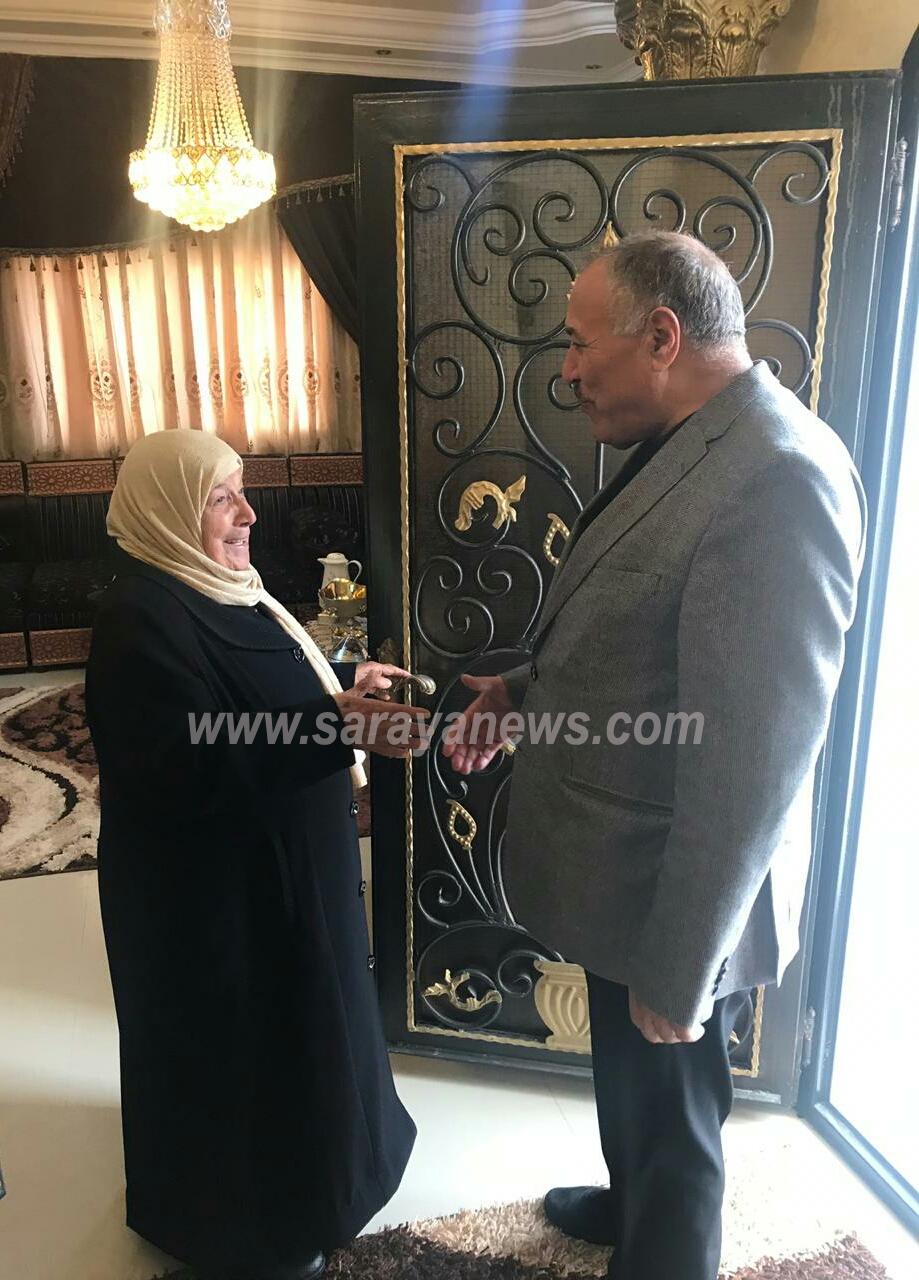وزير الصحة يزور منزل سيدة معانية ويطمئن على صحة حفيدها ..  صورة