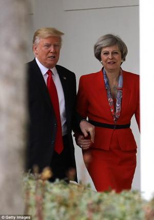 """رئيسة وزراء بريطانيا .. بعد ان لمس ترامب يدها : تصرف كـ""""جنتلمان"""""""