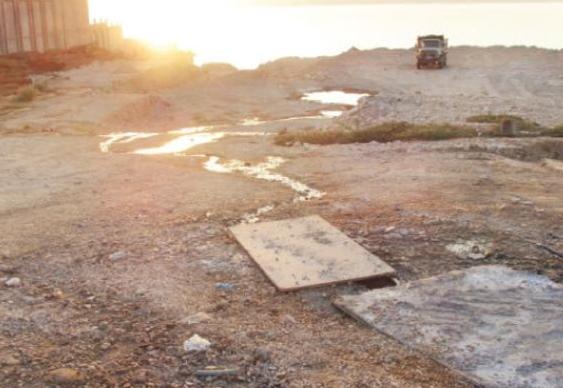 بالصور ..  مياه الصرف الصحي تهدد بالتسرب الى مياه البحر الميت ..  والجهات المعنية غايبة فيلة