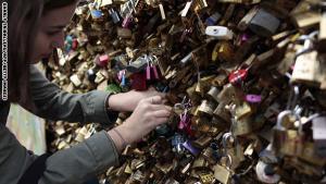 صور: بلدية باريس تقرر إزالة أقفال الحب المعلقة على جسر الفنون