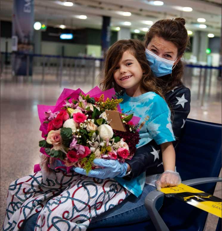 بالفيديو ..  الإمارات تعيد طفلة ألمانية إلى أحضان والديها في أبوظبي رغم تدابير كورونا