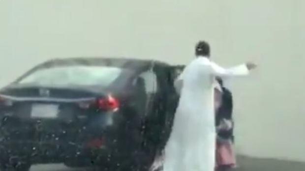 السعودية: لماذا فعل أب مع ابنته هذا في الشارع!  .. فيديو
