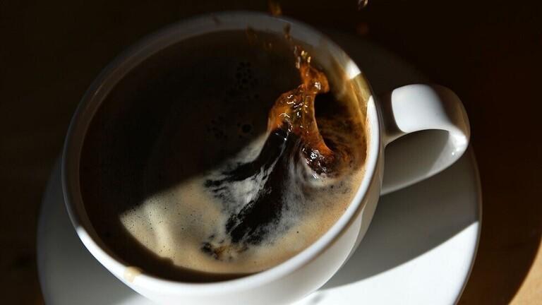 سعودي يقاضي زوجته بعدما سكبت كوب شاي على يديه