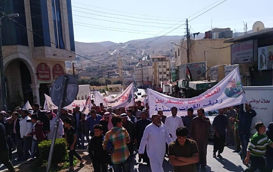 مسيرة ووقفة احتجاجية للمتقاعدين العسكريين في وادي موسى ..  صور وتفاصيل