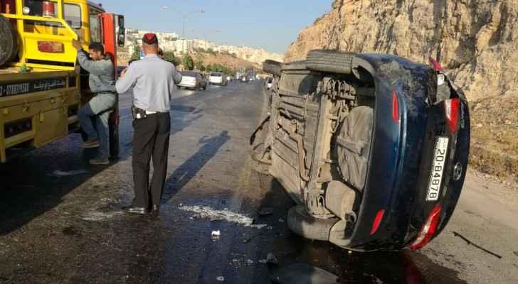 اصابة 3 اشخاص بحادث تدهور مركبة في شارع الاردن ..  صورة