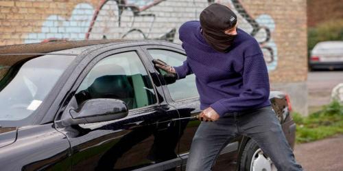 بالفيديو .. لصوص يسرقون سيارة باهظة الثمن في أقل من دقيقة