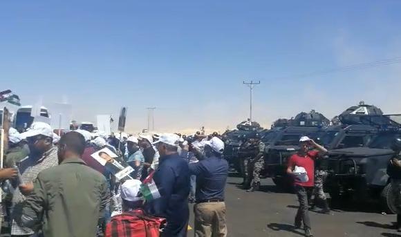 بالفيديو  ..  معلمو الجنوب ينفذون وقفة احتجاجية على الطريق الصحراوي  قبل متابعة سيرهم الى عمان
