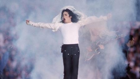 حذاء الرقصة الشهيرة لمايكل جاكسون للبيع في مزاد
