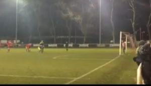 بالفيديو.. لاعب أيرلندي ينفذ خدعة غريبة لتسديد ركلة جزاء!