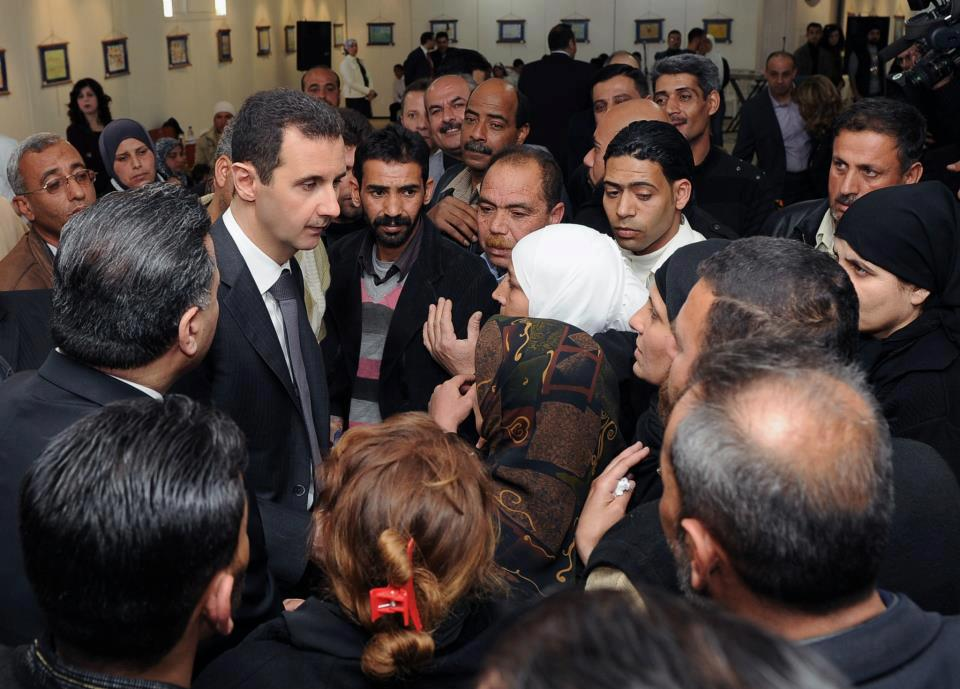 """بالفيديو والصور  .. بشار الأسد بين زوار معرض """"دون حرس"""""""