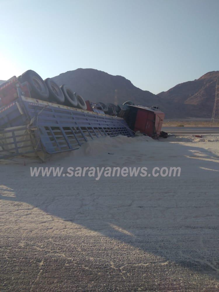 بالصور  ..  انقلاب شاحنة فوسفات و إغلاق جزئي للطريق الصحراوي