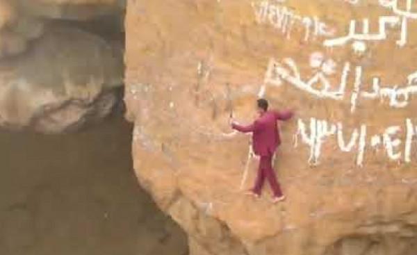 """شاب يمني يلتقط """"سيلفي"""" من أخطر الصور على الإطلاق  .. فيديو"""