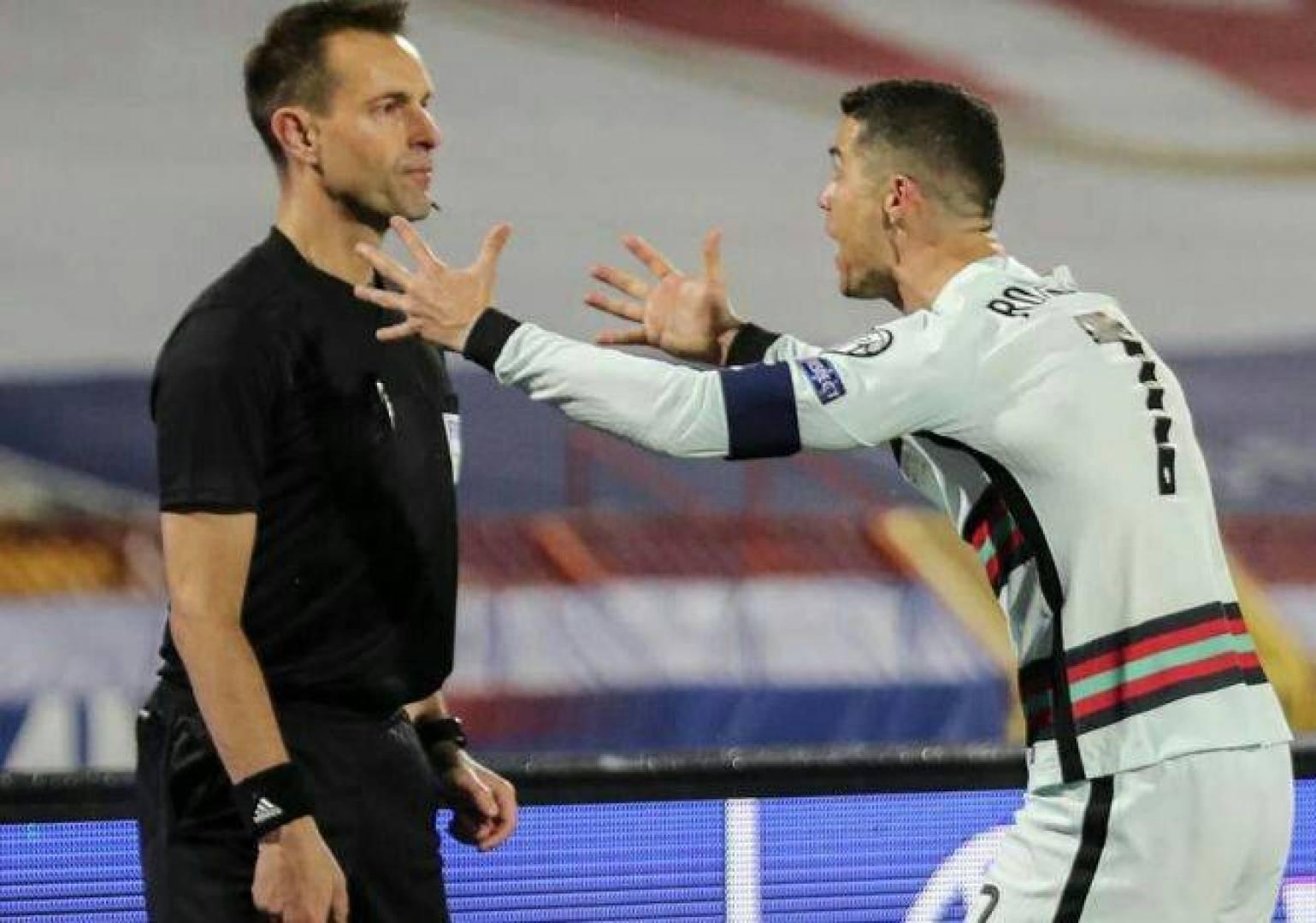 بالفيديو  ..  حكم هولندي يعتذر لرونالدو بعد إضاعة هدف ثمين