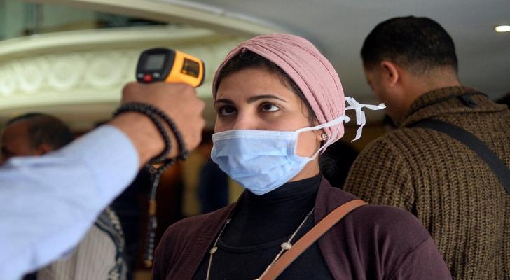 شاهد ..  فرحة هستيرية بمستشفى مصري خرجت منه آخر إصابتين بكورونا