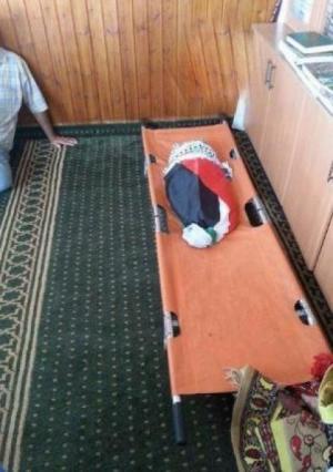 الاف الفلسطينيين يشيعون الرضيع علي دوابشة  الذي احرقه اليهود .. و ودعوات للتصعيد