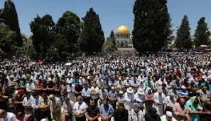رغم تشديدات الاحتلال ..  40 ألف فلسطيني صلوا الجمعة بالأقصى