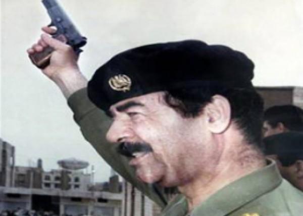 """ماذا يفعل مسدس """"صدّام حسين"""" في اسرائيل وكيف وصل إليها؟"""