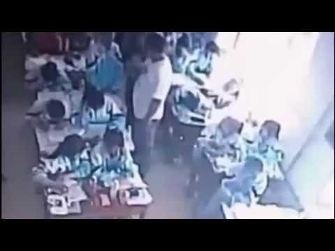 بالصور والفيديو  ..  معلّم يجر طفلة على الأرض ويضربها في الحائط حتى تفقد وعيها