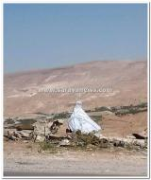 """بالصور .. الكرك : كومة من الاثاث و فستان عرس"""" ابيض"""" ملقاة على جانب الطريق"""