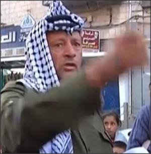 بالفيديو ..  شبيه ياسر عرفات في رام الله