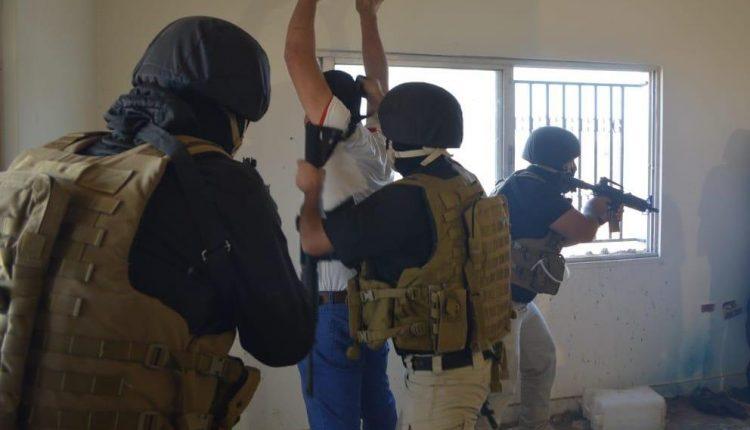 البحث الجنائي وقوات البادية تضبطان 3 مطلوبين خطيرين بقضايا مخدرات و سرقة