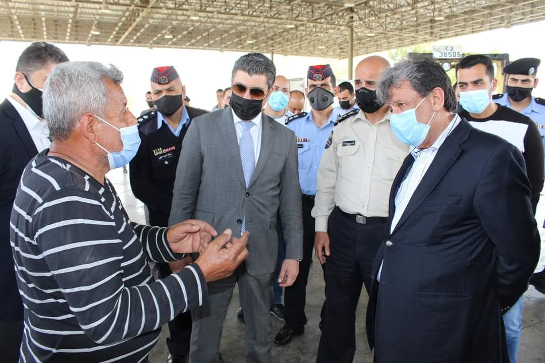 بالصور ..  الأغوار الشمالية : وزير النقل يلتقي بسائقي الشاحنات في معبر الشيخ حسين