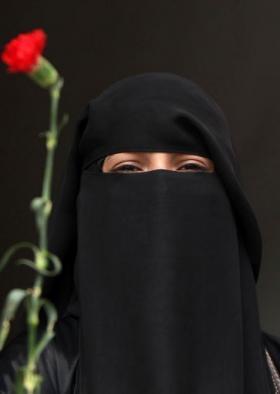 معلمة يمنية تتعرى أمام القصر الجمهوري