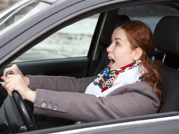 """""""خطأ شائع"""" عند إيقاف السيارة اضطراريًا قد يؤدي إلى كوارث ..  احذر منه"""