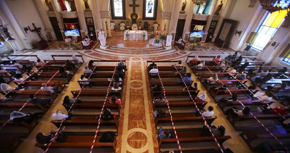 المسيحيون يحتفلون بأحد الشعانين في أول أيام العودة إلى الكنائس