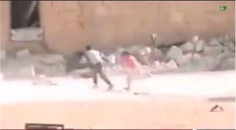"""بالفيديو.. طفل سوري شجاع يخدع قناص """" جيش الاسد"""" حاول قتل اخته"""