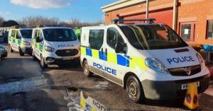 شرطة تعاقب مخربين بإجبارهما على غسل سياراتها بفراشي الأسنان