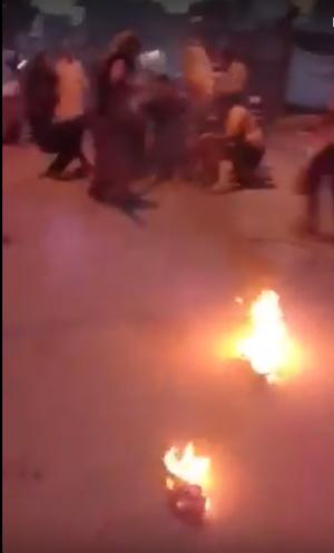 بالفيديو: شاهد شاب يحرق نفسه احتجاجًا على تردي الأوضاع المعيشية والاقتصادية