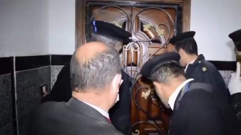 بالفيديو  ..  الأمن المصري يقتحم شقة بها مدخل سري ويعثر على مفاجأة أثناء حظر التجول