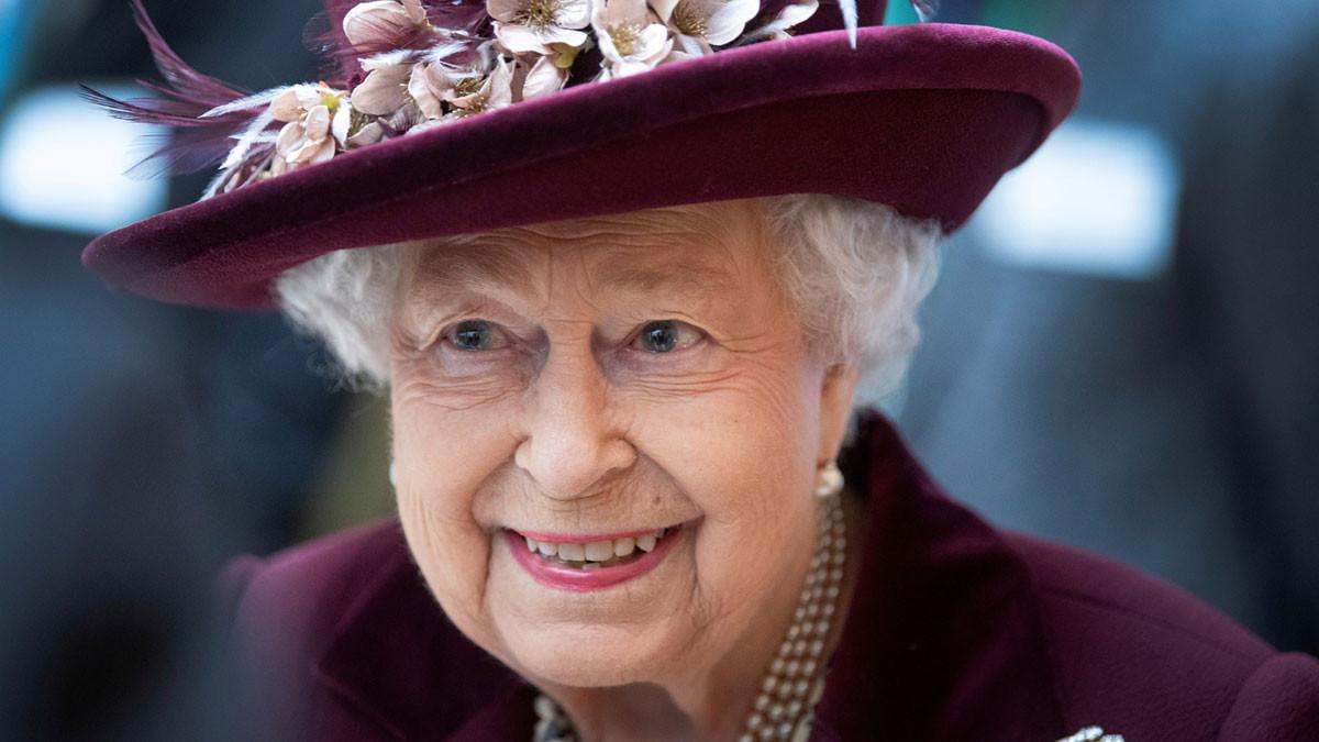 الملكة إليزابيث تمارس هوايتها المفضلة في أول ظهور لها منذ بدء الإغلاق (صور)