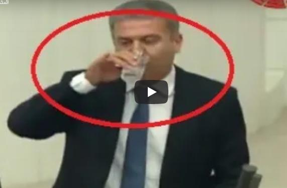 فيديو  ..  نائب تركي يشرب الماء في نهار رمضان ويقول: لا نريد تركيا مسلمة