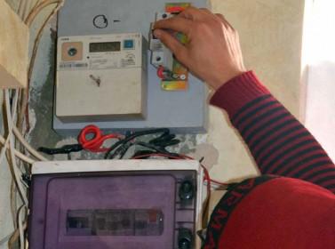 عقوبة العبث بالكھرباء تصل 6 سنوات حبس و200 الف دینار غرامة