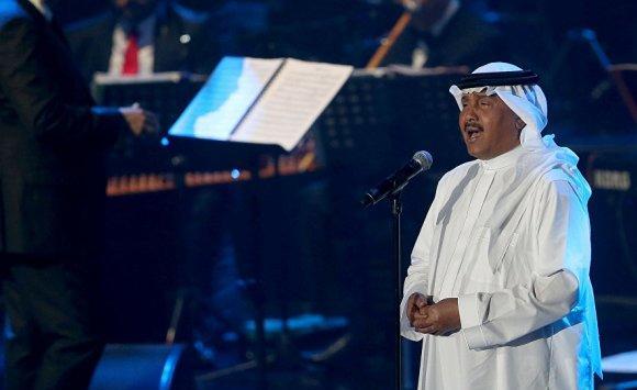 بالفيديو :محمد عبده يغازل مذيعة على الهواء