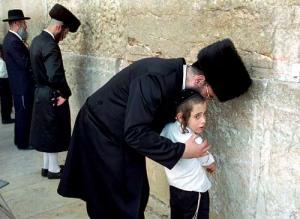 """فضيحة مدوية تهز الاحتلال.. حاخام إسرائيلي يغتصب طفلة """"9 أعوام"""": """"لم أستطع تحمل الإغراء منها""""!"""