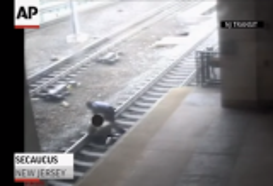 بالفيديو.. شرطي ينقذ رجلاً سقط على سكة قطار في آخر لحظة