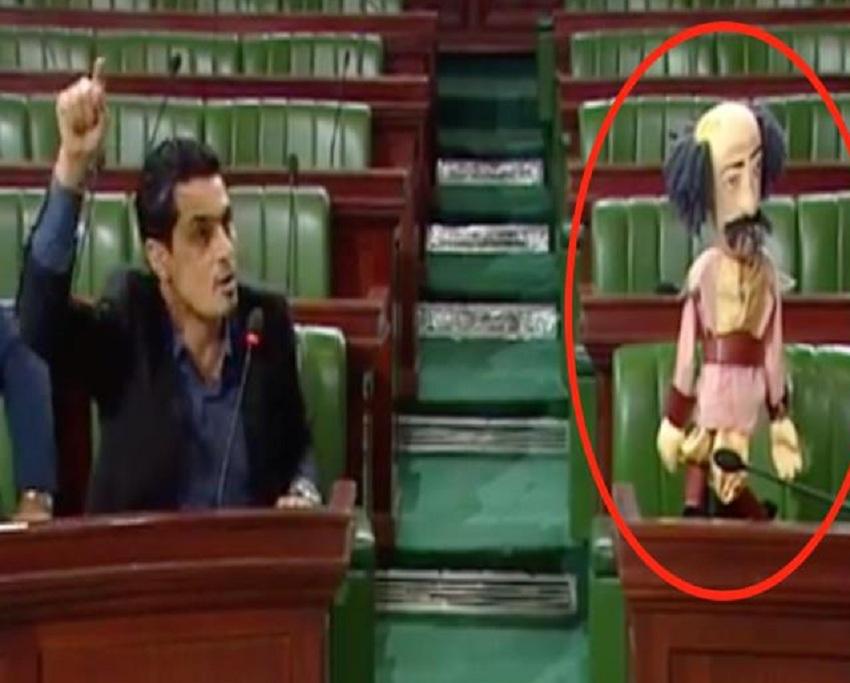 """بالفيديو  ..  بسبب غياب وزير عن جلسة مسائلة في البرلمان  ..  نائب يحضر """"دمية"""" مكانة"""