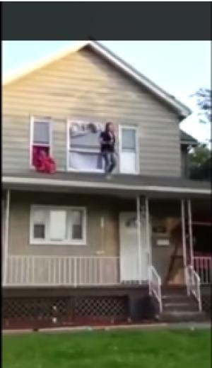 بالفيديو : سقوط فتاة تتباهى برشاقتها من أعلى المنزل