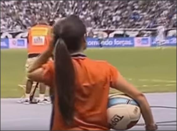 بالفيديو .. فتيات ساعدوا اللاعبين في احراز الأهداف