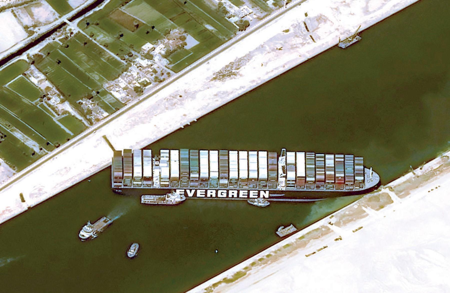 الشركة المالكة للسفينة العالقة في قناة السويس تكشف آخر التطورات وتتوقع تعويمها مساء اليوم