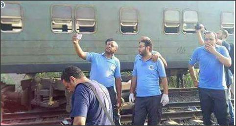 """بالصور ..  الجثث تملئ مكان حادث تصادم قطارين في الاسكندرية ..  و مسعفون مصريون يلتقطون """"السلفي"""""""