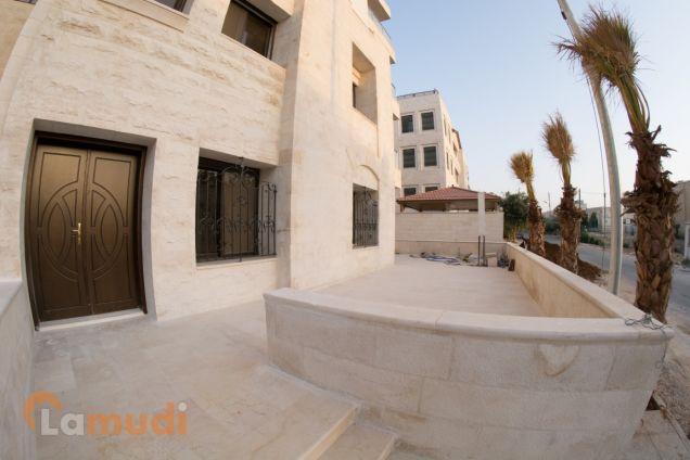 شقة ارضية ملوكية 4 نوم مع ترس و مدخل خاص في منطقة حي الصحابة للبيع من المالك