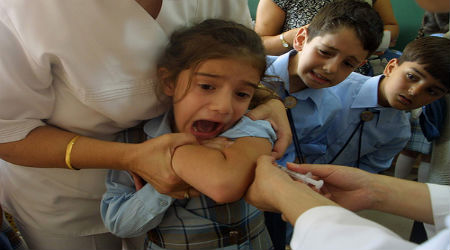 مجهولون يتسللون  لقرى غرب المفرق ويقومون بتطعيم الأطفال هناك
